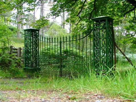 Estate_Gates_-_geograph.org.uk_-_39564